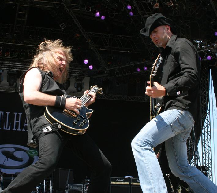 Leo Leoni och Freddy Scherer i Gotthard på Festival Stage, största scenen på Sweden Rock Festival 2008. Foto: Magnus Bergström